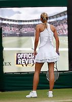 """30-6-07,England, Wimbldon, Tennis, Maria Sharapova bekijkt een chalenge van Siguyama op het scherm van de """"Hawk Eye"""""""