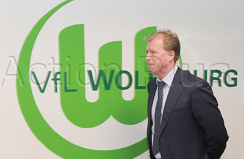 Steve McLaren, new head coach of Bundesliga soccer club VfL Wolfsburg, poses next to the club's logo after his presentation at a press conference in Wolfsburg, Germany, 26 May 2010. English McLaren is the first English head coach in the history of the Bundesliga.
