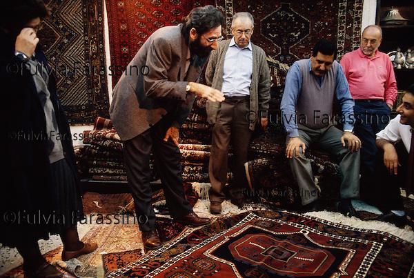 1992 Bagdad Franco Battiato acquista tappeti nel suk © Fulvia Farassino