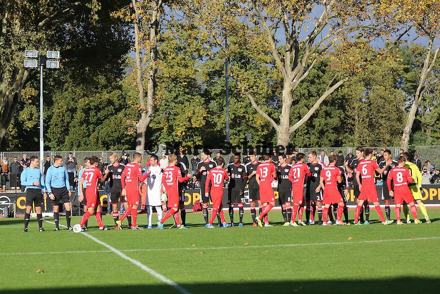 Mannschaften begrüßen sich im Rüsselsheimer Stadion am Brentanobad