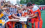 Den Bosch  -  Arjen Lodewijks (Ned)  deelt handtekeningen uit   na   de Pro League hockeywedstrijd heren, Nederland-Belgie (4-3).    COPYRIGHT KOEN SUYK