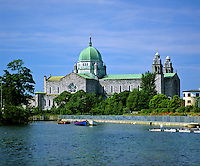 Ireland, County Galway, Galway: St. Nicholas Cathedral on banks of River Corrib | Irland, County Galway, Galway: St. Nicholas Cathedral am Fluss Corrib