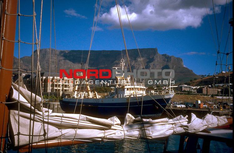 Fussball Weltmeisterschaft 2010  Suedafrika<br /> <br /> Auch von dem Hafen kann man das Wahrzeichen von Kapstadt ( Cape Town ) in Suedafrika,  den 1000m hohe Tafelberg ( Table Mountain ) sehen . Er ist sehr selten ohne Wolken ( Haube ) zu sehen.<br /> <br /> <br /> Foto &copy; nph (  nordphoto  )<br />  *** Local Caption *** <br /> <br /> Fotos sind ohne vorherigen schriftliche Zustimmung ausschliesslich f&uuml;r redaktionelle Publikationszwecke zu verwenden.<br /> Auf Anfrage in hoeherer Qualitaet/Aufloesung