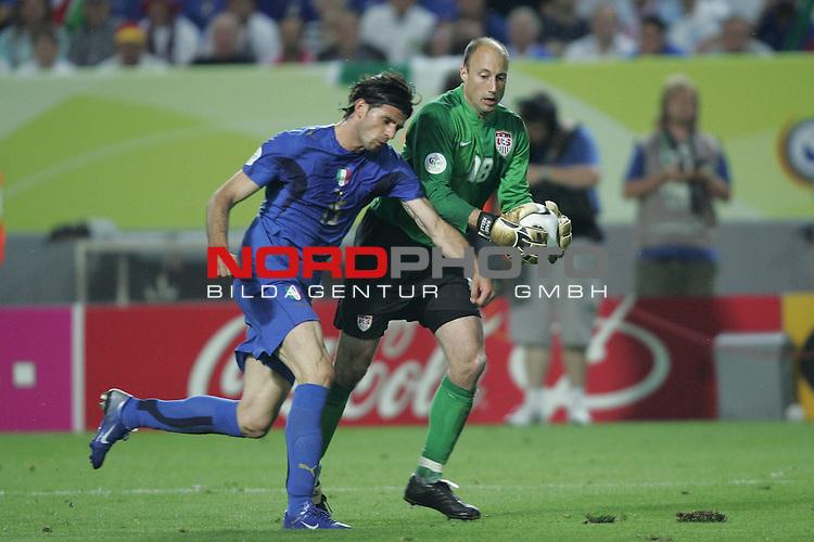 FIFA WM 2006 -  Gruppe E Vorrunde ( Group E )<br /> Play   #25 (17-Jun) - Italien - USA 1:1<br /> <br /> Torwart Kasey Keller (rechts) von USA kommt gerade noch vor Vincenzo Iaquinta (links) von Italien an den Ball.<br /> <br /> Foto &copy; nordphoto