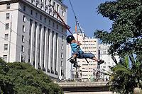 SAO PAULO, SP, 30 DE JUNHO DE 2012 - VIRADA ESPORTIVA SP - Publico prticipa de Tirolesa no Vale do Anhangabaú na manhã deste sabado (30), durante Virada Esportiva 2012, que acontece este final de semana em São Paulo. FOTO: LEVI BIANCO - BRAZIL PHOTO PRESS