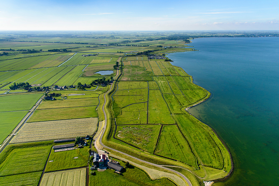 Nederland, Noord-Holland, Gemeente Edam-Volendam, 13-06-2017; Etersheim, Hogermeerdijk, IJsselmeerdijk ten westen van Oosthuizen.<br /> De dijk staat op de nominatie om verstrekt te worden, bewoners en actievoerders vrezen aantasting van de monumentale dijk en verlies culturele waarden.<br /> Village Etersheim and former seawall, east of Oosthuizen.<br /> The dike is nominated to be reinforced, residents and activists fear losing the monumental quality of the dike and losing other cultural values.<br /> <br /> luchtfoto (toeslag op standaard tarieven);<br /> aerial photo (additional fee required);<br /> copyright foto/photo Siebe Swart
