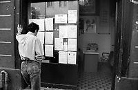 Milano, quartiere Sarpi - Chinatown. Un uomo legge degli annunci sulla vetrina di un'attività commerciale cinese --- Milan, Sarpi district - Chinatown. A man reading ads at the shop window of a chinese business