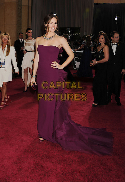 Jennifer Garner.85th Annual Academy Awards held at the Dolby Theatre at Hollywood & Highland Center, Hollywood, California, USA..February 24th, 2013.oscars full length strapless dress purple necklace ruffle bustle hand on hip.CAP/ROT/TM.©Tony Michaels/Roth Stock/Capital Pictures