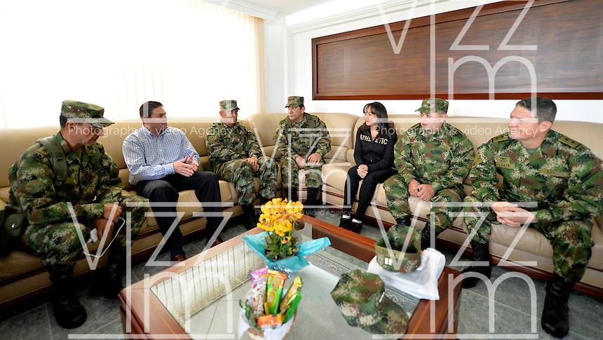 RIONEGRO-ANTIOQUIA -COLOMBIA. 30-NOVIEMBRE-2014.  Juan Carlos Pinzon (Izq.) Ministro de Defensa de Colombia y la Cupula Militar se reúnen con el General  Ruben Dario Alzate (Der.) quien fuera liberado por las Fuerzas Armadas Revolucionarias de Colombia (FARC), luego de ser secuestrado con la abogada Gloria Alcira (3Der.)   y el Cabo primero Jorge Rodríguez Contreras (2Der.) el pasado 16 de noviembre en el corregimiento de Las Mercedes en el departamento del Choco, al occidente de Colombia. / Juan Carlos Pinzon (L) Minister of Defense of Colombia and Military Dome meet with the General Ruben Dario Alzate (R) who was released by the Revolutionary Armed Forces of Colombia (FARC), after being kidnapped with the lawyer Gloria Urrego (3R) and Corporal Jorge Rodríguez Contreras (2R), last November 16 in the village of Las Mercedes in the department of Choco, in western Colombia. VizzorImage / Mauricio Orjuela / Ministerio de Defensa Nacional