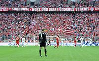 FUSSBALL   1. BUNDESLIGA  SAISON 2011/2012   1. Spieltag FC Bayern Muenchen - Borussia Moenchengladbach           07.08.2011 Torwart Manuel Neuer (FC Bayern Muenchen) im Tor dahinter die Fans der Suedkurve Herz und Seele unserers Vereins