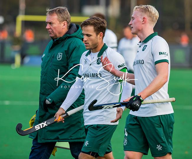 BLOEMENDAAL - Tjep Hoedemakers (Rdam) met Jeroen Hertzberger (Rdam) en coach Albert Kees Manenschijn (Rdam) in de rust  tijdens  hoofdklasse competitiewedstrijd  heren , Bloemendaal-Rotterdam (1-1) .COPYRIGHT KOEN SUYK