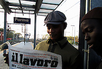 Parma / Italia    <br /> Giovani rifugiati assistiti dai progetti di inserimento sociale dell'onlus CIAC di Parma consultano un giornale in cerca di lavoro.<br /> Foto Livio Senigalliesi
