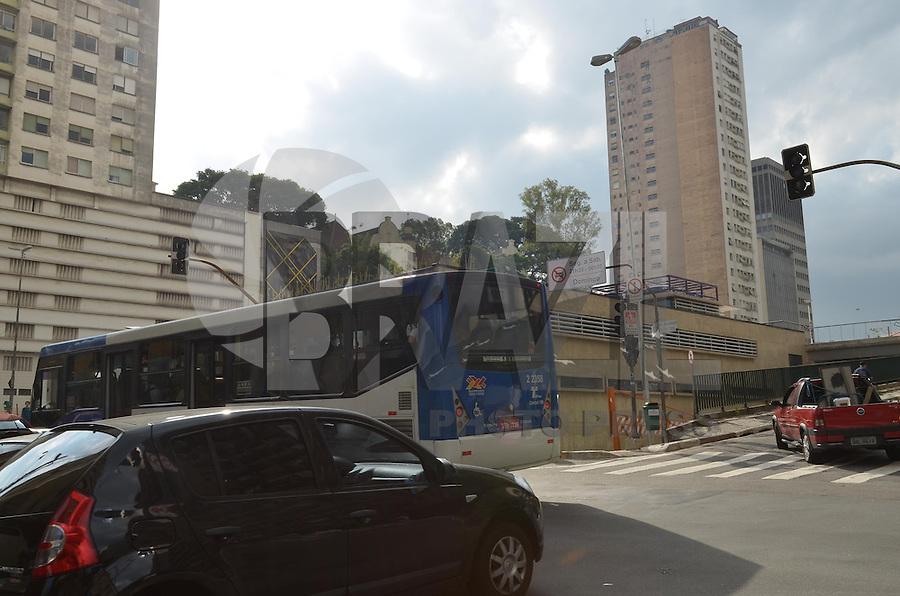 SAO PAULO, 15 DE MARCO DE 2013 - SEMAFOROS APAGADOS - Semaforos apagados sao vistos na esquina da rua Augusta com a rua Martinho Prado, na regiao central de Sao Paulo, na tarde desta sexta feira, 15. (FOTO: ALEXANDRE MOREIRA / BRAZIL PHOTO PRESS)