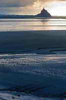 Europe/France/Normandie/Basse-Normandie/50/Manche/ Vains : Baie du Mont Saint-Michel, classée Patrimoine Mondial de l'UNESCO, Le Mont Saint-Michel  depuis   la Pointe du Grouin du Sud  - Pèlerin et son carnet de croquis // Europe/France/Normandie/Basse-Normandie/50/Manche/ Vains : Bay of Mont Saint Michel, listed as World Heritage by UNESCO,  The Mont Saint-Michel since  Pointe du Grouin du Sud