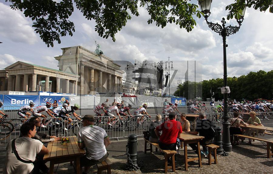 BERLIM, ALEMANHA, 10 JUNHO 2012 - VELOTHON BERLIM 2012 - Atletas da elite do Garmin ProRace, durante o Velothon Berlim 2012 na Alemanha, neste domingo, 10 (FOTO: HENNING ANGERER /PIXATHLON / BRAZIL PHOTO PRESS).