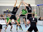 2015-10-24 / Volleybal / Seizoen 2015-2016 / Vosselaar - Mendo Booischot / Wouter Gijsemans (Mendo) met de smash door het blok van Vinkx en Luyten (r.)<br /><br />Foto: Mpics.be