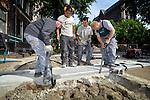 UTRECHT - In het centrum van Utrecht werkt Rots Maatwerk aan nieuwe stalen markeringen van het Romeins Castellum. In opdracht van de Stichting Domplein 2013 naar een ontwerp van OKRA landschapsarchitecten wordt er in de straat, verdeeld over 6 tracés, 170 meter markering aangelegd waarbij verlichte nevel uit een betonnen goot, de buitenwanden van het 2000 oude Romeinse fort illustreren. Over de ondergrondse betonnen goot waarin datakabels, drukslangen, powerleds, lasers, en vernevelaars zijn  verwerkt, komen 80 cm brede cortenstalen platen te liggen, waarop de historische zgn Limeskaart is gefreesd. Behalve de contouren van het in 69 na Chr. verwoest castellum, zijn op het Domplein ook de resten van de door aartsbisschop Willibrord gebouwde Salvatorkerk, de Heilig Kruiskapel en het door storm verwoeste middenschip van de Domkerk in de bestrating opgenomen. COPYRIGHT TON BORSBOOM