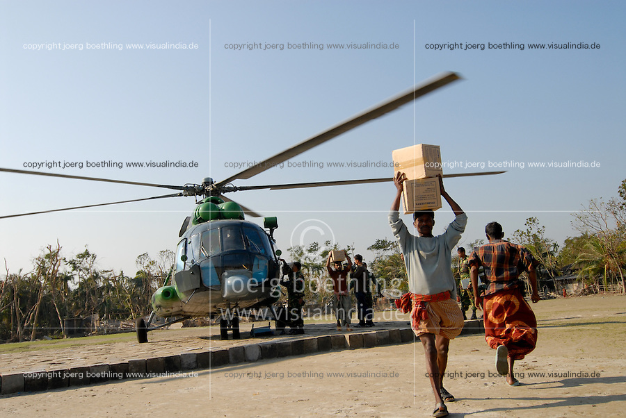 BANGLADESH, Southkhali in district Bagerhat, arrival of goods by helicopter, distribution of relief goods after the cyclone Sidr which has flooded and destroyed many villages and claimed many victims / Bangladesch, Wirbelsturm Sidr und eine Sturmflut zerstoeren viele Doerfer im Kuestengebiet von Southkhali, Verteilung von Hilfsguetern durch Armee, Ankunft der Gueter mit Hubschrauber