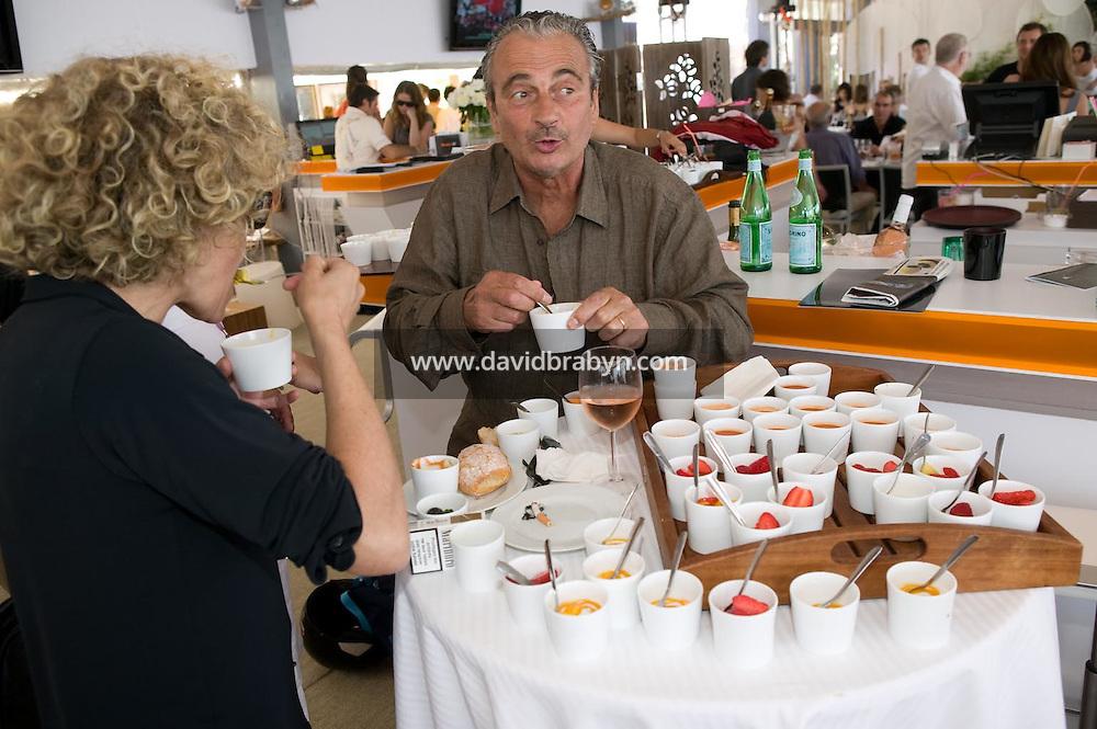 Jacques Nolot (D), Jeanne Labrune (G), dejeuner de presse, 20 ans de la Fondation Groupama-Gan pour le Cinema, Cannes, France, 18 mai 2007.