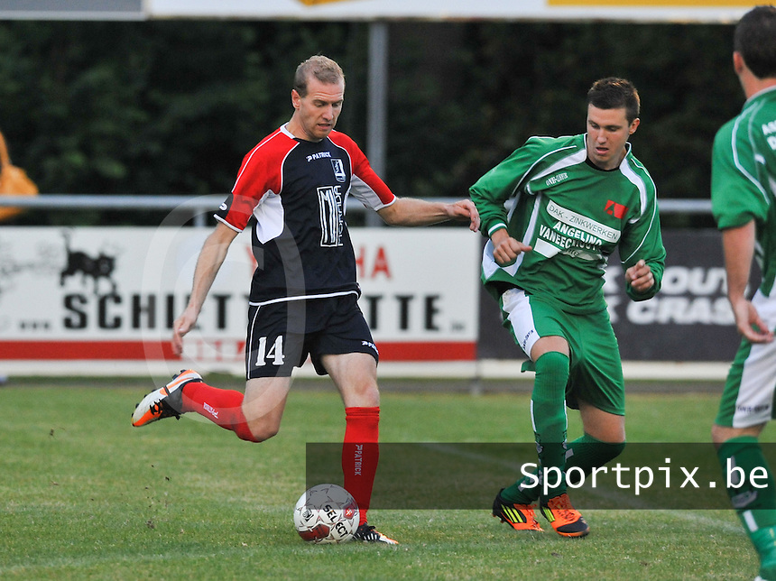 GD Ingooigem - VK Avelgem : Kevin Mailliard met de doelpoging voor Angelino Dhondt (rechts).foto VDB / BART VANDENBROUCKE