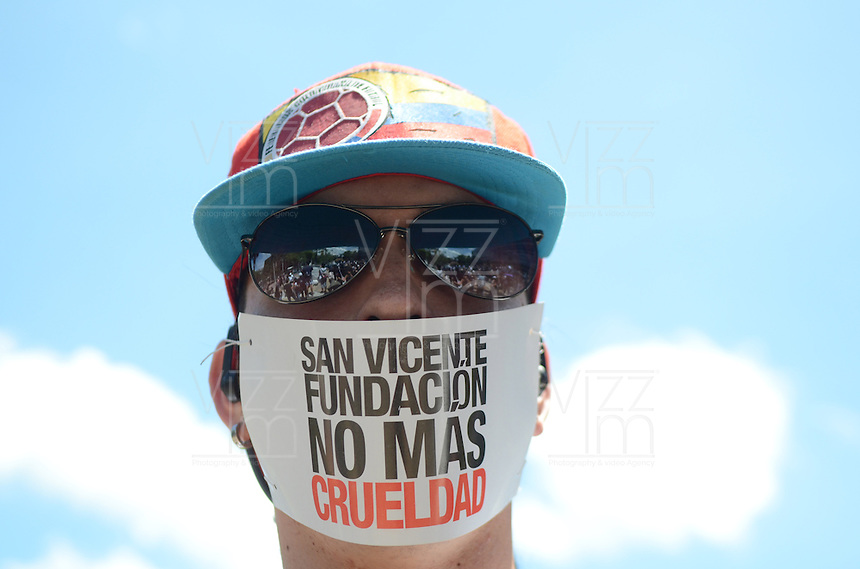 MEDELLÍN - COLOMBIA, 26-04-2015. Cientos de personas acuadieron a la marcha Antitaurina convocada para este domingo 26 de abril de 2015 en el Parque de La Vida en Medellin, Colombia./ Hundred of people came to tha anti bullfighter protest this Sunday 26 April 2015 at Parque de La Vida.  Photo: VizzorImage/ León Monsalve /STR
