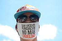 MEDELLÍN - COLOMBIA, 26-04-2015. Cientos de personas acuadieron a la marcha Antitaurina convocada para este domingo 26 de abril de 2015 en el Parque de La Vida en Medellin, Colombia./ Hundred of people came to tha anti bullfighter protest this Sunday 26 April 2015 at Parque de La Vida.  Photo: VizzorImage/ León Monsalve /STR
