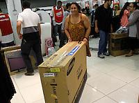 SÃO PAULO,SP,06 JANEIRO 2012 - MEGA LIQUIDAÇÃO MAGAZINE LUIZA<br /> Clientes aproveitam os descontos na lojas da Magazine Luiza  do Aricanduva na zona leste na manha de hoje.FOTO ALE VIANNA - NEWS FREE.