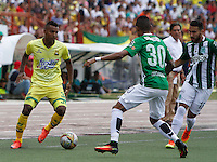 BUCARAMANGA-COLOMBIA-10-09-2016. Christian C. Mafla (Izq) jugador del Atlético Bucaramanga disputa el balón con Arley Rodriguez (Der) jugador de Atlético Nacional durante partido por la fecha 11 de la Liga Águila II 2016 jugado en el estadio Alfonso López de la ciudad de Bucaramanga./ Christian C. Mafla (L) player of Atletico Bucaramanga struggles the ball with Arley Rodriguez (R) player of Atletico Nacional during match for the date 11 of the Aguila League II 2016 played at Alfonso Lopez stadium in Bucaramanga city. Photo: VizzorImage / Duncan Bustamante / Cont
