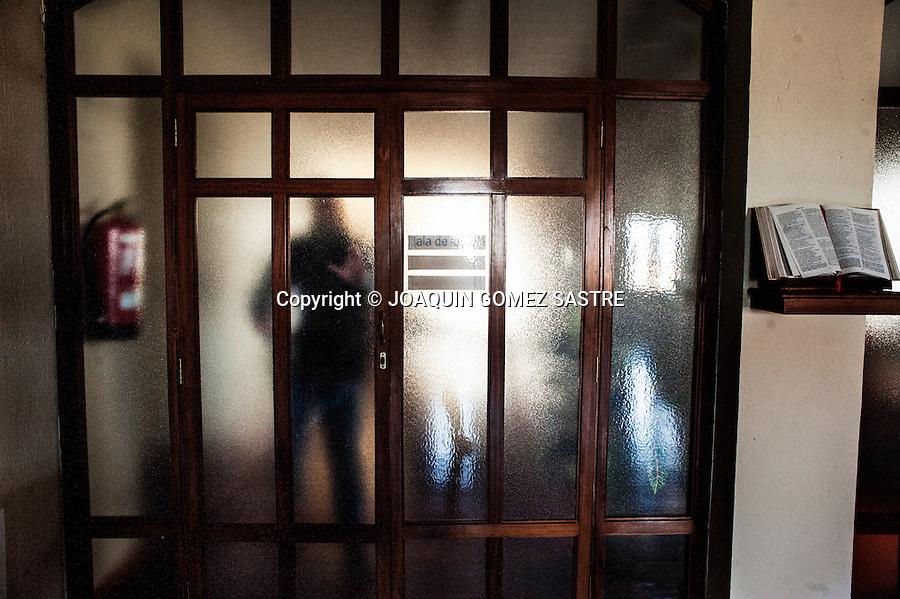 Un seminarista se dirige a su habitacion tras recoger unos libros en la biblioteca de el Seminario de Corban (Santander)