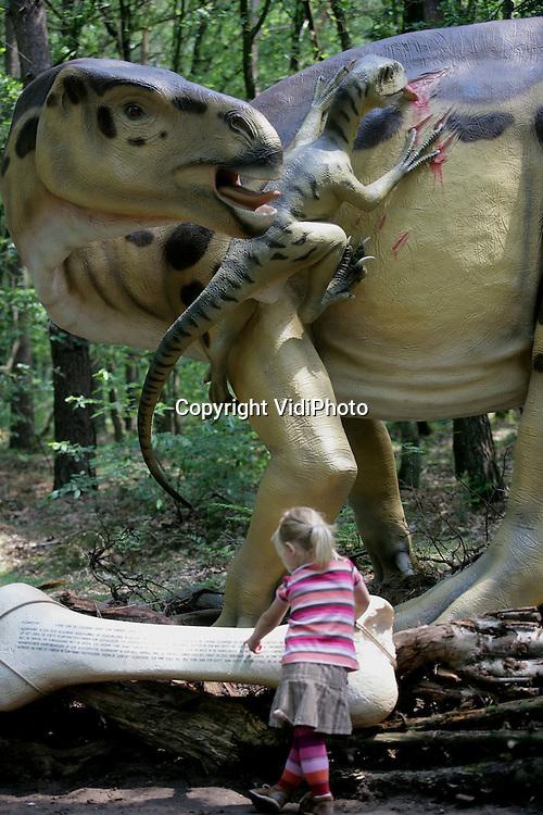 Foto: VidiPhoto..AMERSFOORT - Dierenpark Amersfoort heeft vrijdag het zogenoemde DinoBos geopend, waar bezoekers in contact komen met een zestigtal prehistorische dieren die op ware grote en levensecht zijn nagemaakt. De opening zorgde vrijdag direct al voor veel belangstelling. In het DinoBos krijgen bezoekers een reis door een tijd die tussen 65 miljoen en 300 miljoen jaar geleden ligt. De modellen zijn gebouwd volgens de nieuwste wetenschappelijke inzichten.