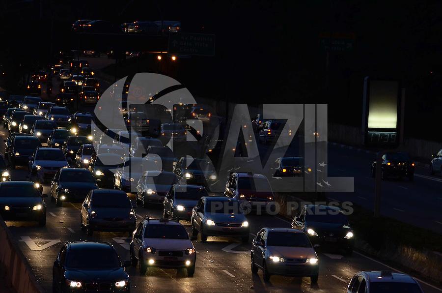 SAO PAULO, 04 DE JUNHO DE 2012 - TRANSITO SP - Transito na Avenida 23 de maio no fima da tarde desta segunda feira, regiao sul da capital. FOTO ALEXANDRE MOREIRA - BRAZIL PHOTO PRESS