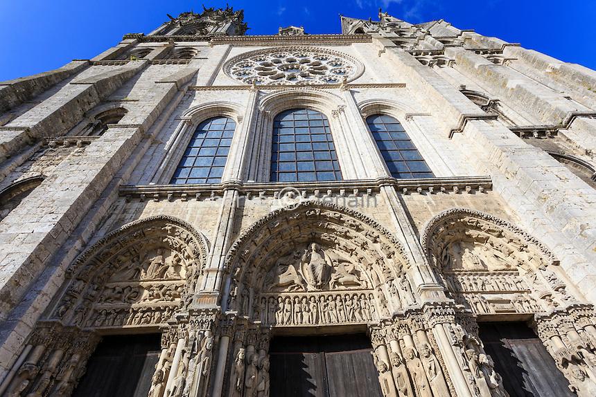 France, Eure-et-Loir (28), Chartres, la cathédrale Notre-Dame de Chartres, classé au Patrimoine  mondial de l'UNESCO, la façade occidentale et son portail royal // France, Eure et Loir, Chartres, Notre Dame de Chartres Cathedral, listed as a World Heritage by UNESCO, the western façade and Royal Portal