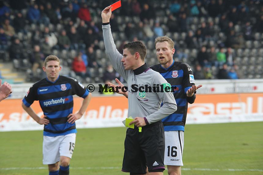 Schiedsrichter Robert Kempter zeigt Gelb-Rot für Manuel Konrad - FSV Frankfurt vs. TSV 1860 München Frankfurter Volksbank Stadion