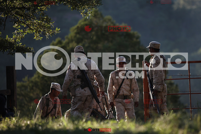 Labor de soldados de el ejercito mexicano en la sierra de Sonora Mexico  durante la guerra contra los carteles de la droga .<br />