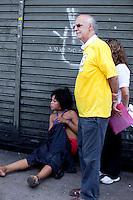 SAO PAULO, SP, 13 DE JANEIRO DE 2012 - CRACOLANDIA -Nem mesmo com a intervencao do  Padre Jucio Lancelotti os serviços de atendimento de emergencia estadual ou municipal, prestam auxilio a uma usuaria de crac que estava passando mal na Alameda Barao de Piracicaba, na  Cracolandia, centro da cidade, nesta manha de sexta-feira (12).FOTO RICARDO LOU - NEWS FREE