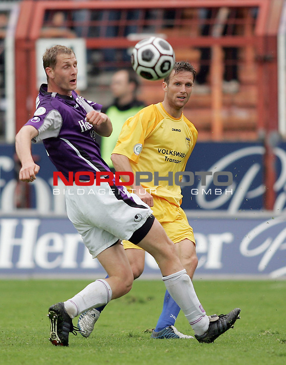 RLN 2005/2006 -  37. Spieltag - RŁckrunde, Osnatel-Arena<br /> VfL OsnabrŁck - BSV Kickers Emden.<br /> Markus Unger (Emden, r) im Kampf um den Ball mit Jan Schanda (Osnabrueck, l).<br /> Foto &copy; nordphoto