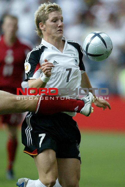 Europameisterschaft 2004 Portugal<br /> <br /> Lettland - Deutschland  0:0<br /> <br /> Bastian Schweinsteiger wird von einem Gegenspieler bedraengt <br /> <br /> Foto &copy; nordphoto<br /> <br /> <br /> <br /> Gemaess Auflage der UEFA duerfen saemtliche Bilder von der EURO 2004 nicht fuer MMS Dienste oder sonstige Dienste via Mobiltelefon oder mit PDAs genutzt werden.<br /> <br /> <br /> <br /> <br /> <br />  *** Local Caption *** Foto ist honorarpflichtig! zzgl. gesetzl. MwSt.<br /> <br />  Belegexemplar erforderlich<br /> <br /> Adresse: nordphoto<br /> <br /> Georg-Reinke-Strasse 1<br /> <br /> 49377 Vechta<br /> <br /> Telefon: 04441-89400 / Fax: 04441-894022