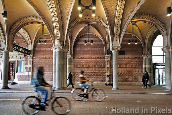 Nederland Amsterdam 2015 03 20. Fietsen onder het Rijksmuseum. Foto Berlinda van Dam / Hollandse Hoogte