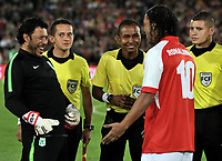 BOGOTA-COLOMBIA, 17-10-2019: Ronaldinho Gaucho ex jugador brasileño Ronaldinho Gaucho y Rene Huiguita ex guardavallas colombiano durante un partido de exhibición entre Independiente Santa Fe y Atlético Nacional en el estadio Nemesio Camacho El Campín en la ciudad de Bogotá. / Ronaldinho Gaucho Brazilian former player says an Rene Higuita colombian former goalkeeper, during an exhibition match between Independiente Santa Fe and Atlético Nacional at the Nemesio Camacho El Campín stadium in the city of Bogota./ Photo: VizzorImage / Luis Ramirez / Staff.