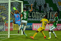 ARMENIA, COLOMBIA, 22-11-2015: Andres Perez del Deportivo Cali cabecea para anotar gol frente a Jhnony Da Silva arquero de Atlético Huila durante partido válido por la fecha 20 de la Liga Aguila II 2015 jugado en el estadio Centeneraio de la ciudad de Armenia./ Andres Perez player of Deportivo Cali headre the ball to score  oa goal in front of  Jhonny Da Silva goalkeeper of Atletico Huila during match valid for the date 20 of the Aguila League II 2015 played at Centenario stadium in Armenia city. Photo: VizzorImage/INTI