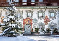 Austria, Tyrol, Kaiserwinkl, Walchsee: hotel and restaurant Walchseer Hof, built 1520 | Oesterreich, Tirol, Kaiserwinkl, Walchsee: Gasthof und Hotel Walchseer Hof, erbaut 1520, die Hausfassade wurde von dem bekannten Maler Joseph Adam Richter von Moelk bemalt