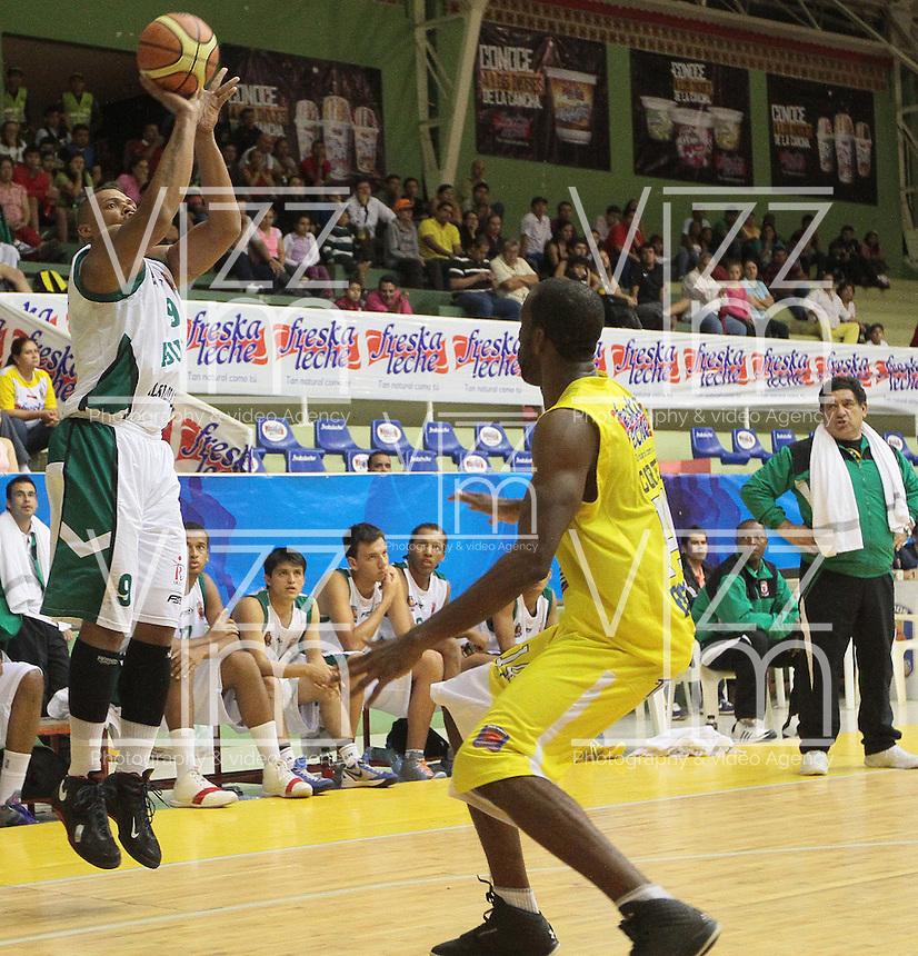 BUCARAMANGA -COLOMBIA, 17-08-2013. Aspecto del encuentro entre Búcaros Freskaleche y Águilas de Tunja válido por la fecha 2 de la Liga DirecTV de Baloncesto 2013-II Colombia de Colombia realizado en el Coliseo Vicente Díaz Romero de Bucaramanga./ Aspect of the match between Bucaros Freskaleche and Aguilas de Tunja valid for the 2th date DirecTV Basketball League 2013-II in Colombia at Vicente Diaz Romero coliseum in Bucaramanga. Photo:VizzorImage / Jaime Moreno / STR