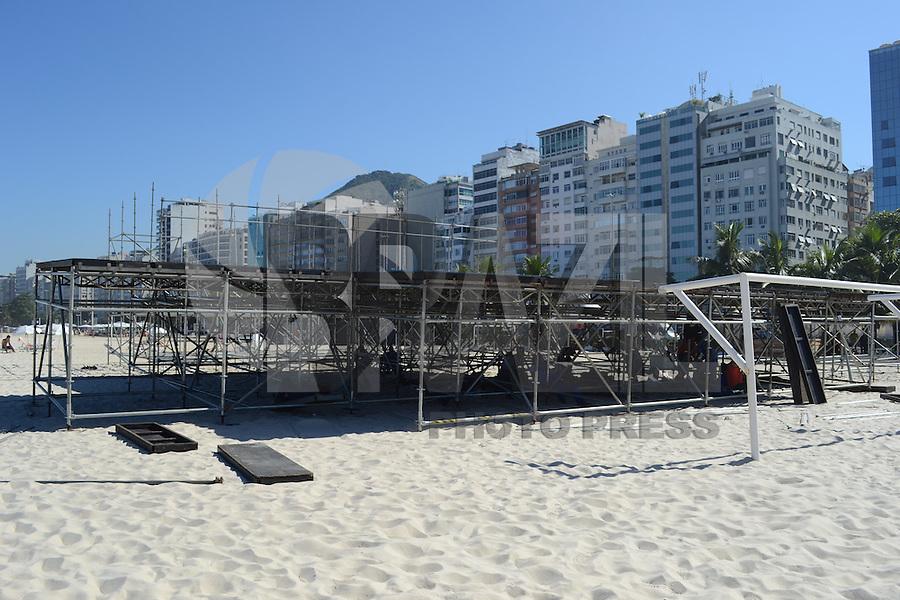 RIO DE JANEIRO-05/07/2012-MONTAGEM DO PALCO-Montagem do palco para o show em homenagem ao aniversario de 120 anos de Copacabana, em Copacabana, zona sul do Rio.Foto:Marcelo Fonseca-Brazil Photo Press