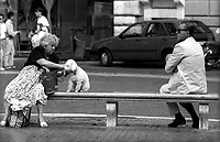 Roma.Un uomo e una donna  su una panchina a piazza Navona ognuno con i suoi pensieri..A man and a woman on a bench in Piazza Navona each with his thoughts.