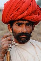 INDIEN Madhya Pradesh , Adivasi Hirte aus Rajasthan / INDIA Madhya Pradesh , Adivasi shephard from Rajasthan