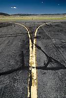 Rollbahnmarkierung gelb un verschlissen: AMERIKA, VEREINIGTE STAATEN VON AMERIKA, NEVADA,  (AMERICA, UNITED STATES OF AMERICA), 23.06.2006: Rollbahnmarkierung gelb un verschlissen