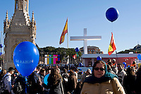 Centinaia di migliaia di fedeli si sono radunati nel centro di Madrid per la Messa organizzata per sostenere i valori tradizionali della famiglia..Hundreds of thousands of people gathered in the centre of Madrid for a Mass aimed at promoting traditional family values.