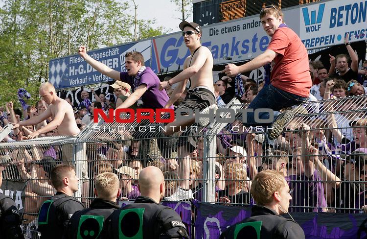 RLN 2006/2007 - 33.Spieltag RŁckrunde  1:1<br /> Kickers Emden - VfL OsnabrŁck <br /> OsnabrŁcker Fans nach dem Ausgleichstor<br /> <br /> Foto &copy; nordphoto *** Local Caption *** Foto ist honorarpflichtig! zzgl. gesetzl. MwSt.<br /> <br /> Belegexemplar erforderlich