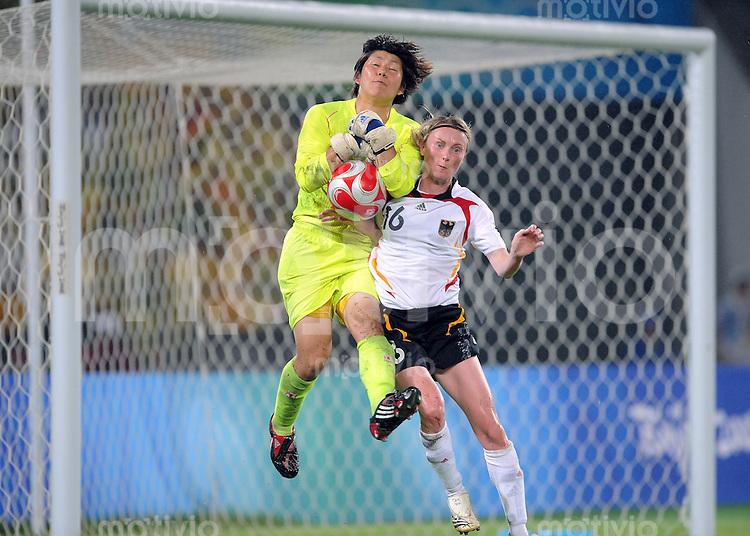 Olympia 2008  Peking  Fussball Spiel um Platz 3  Frauen 21.08.2008 Deutschland 2-0 Japan Conny Pohlers (re, GER) gegen JPN Torhueterin Miho Fukumoto