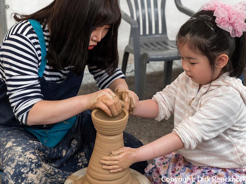 T&ouml;pferkurs im Yongdusan Park, Busan, Gyeongsangnam-do, S&uuml;dkorea, Asien<br /> teaching pottery  in Yongdusan park, Busan,  province Gyeongsangnam-do, South Korea, Asia